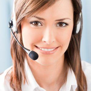 Frau mit Headset für den Kundenkontakt