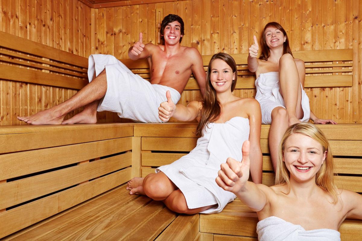 Foto von zufriedenen Menschen in einer Sauna.