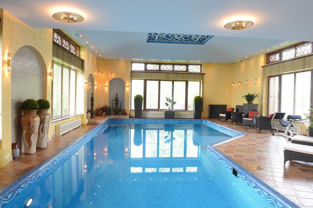 Stilvolles ,weitläufiges Schwimmbad welches sich mit hochwertigen Kacheln harmonisch in die Architektur des Privathauses einfügt.